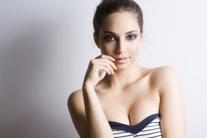 Как подтянуть обвисшую грудь без операции?